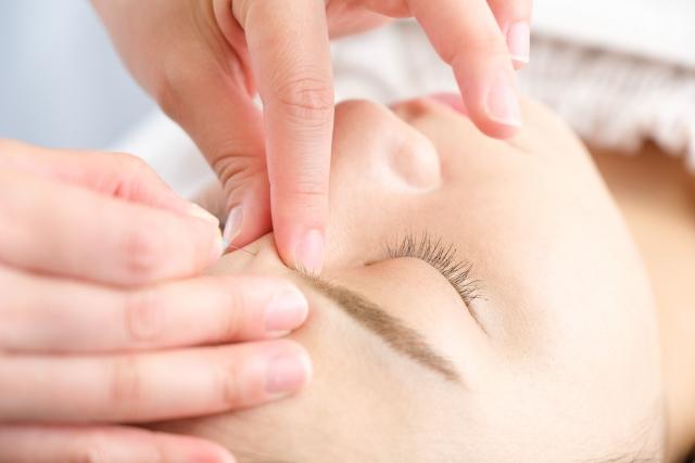 美容鍼を受ける女性