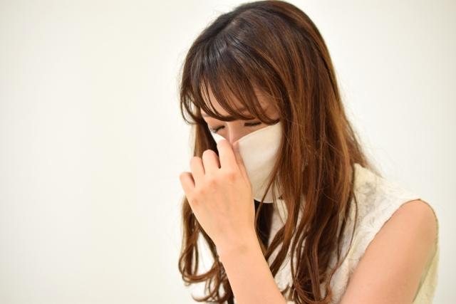 アレルギーで咳き込む女性